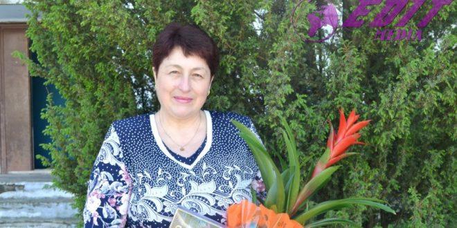 Flori pentru prima învățătoare, Veronica Guțol, din partea absolvenților clasei a IV-B!